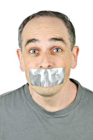 duct: Retrato de hombre con cinta adhesiva sobre su boca