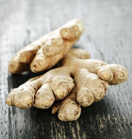 plant with roots: Close up de especias de ra�z de jengibre fresco sobre la mesa de madera
