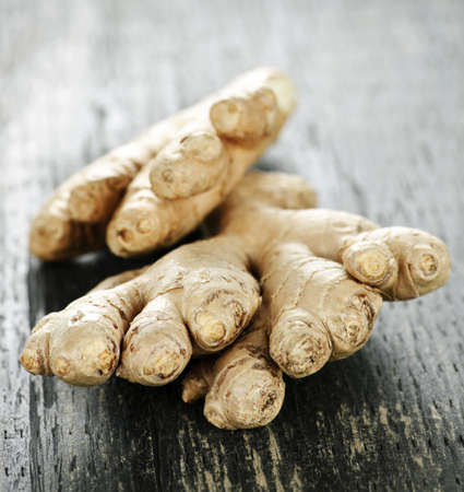 ingefära: Close up of fresh ginger root spice on wooden table Stockfoto