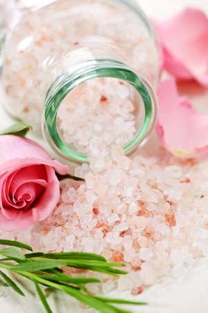 Pink bath salts in a glass jar with flowers and herbs Zdjęcie Seryjne