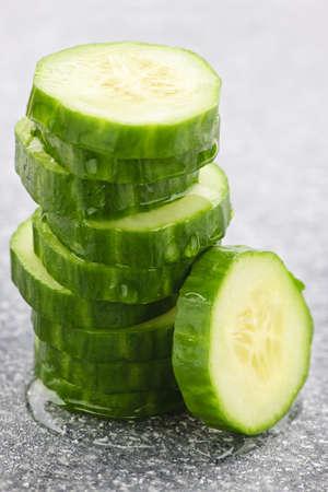 zucchini: Pila de rodajas de pepino fresco de verde org�nico