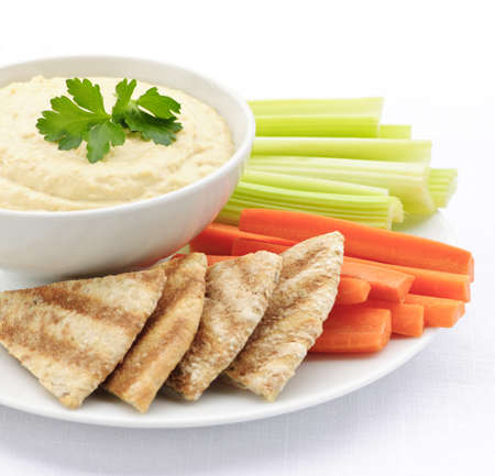 Snack saludable de hummus dip con rebanadas de pan de pita y verduras  Foto de archivo