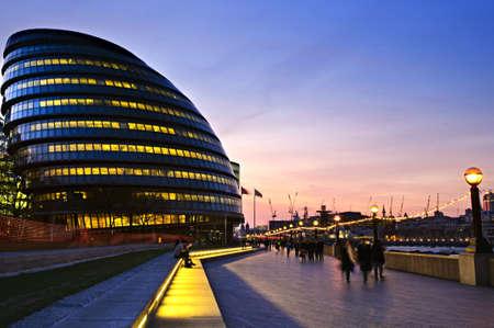 Municipio di nuova Londra di notte con i pedoni sul marciapiede  Archivio Fotografico