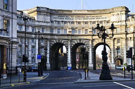 arcos de piedra: Arco del Almirantazgo en Londres de Westminster visto desde el Mall  Foto de archivo