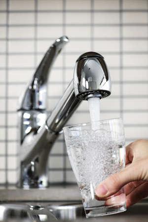 Vullen glas water uit roestvrij staal keuken kraan  Stockfoto - 7372830