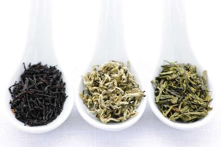 검정, 흰색 및 녹색 마른 차 숟가락에 나뭇잎 스톡 콘텐츠