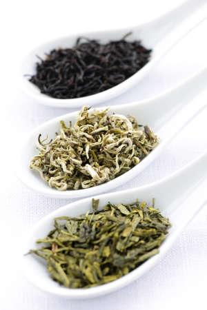 スプーンで黒、白と緑のドライ茶葉します。 写真素材