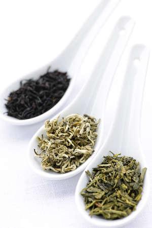 Negro, blanco y verde té seco deja en las cucharas  Foto de archivo - 7372934