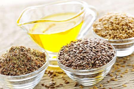 Kommen van hele en gemalen vlas zaad met lijn zaad olie