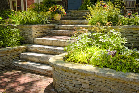 계단을 가진 가정 정원에서 조경하는 자연적인 돌 스톡 콘텐츠