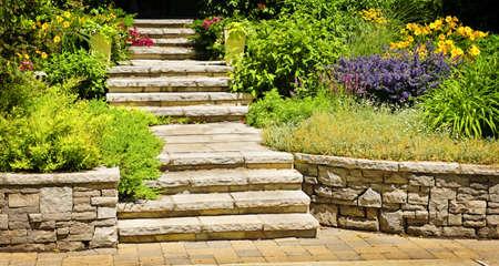 Paisajismo en jardinería con escaleras de piedra natural