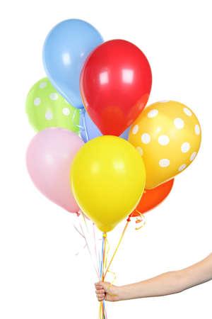 Hand met kleurrijke helium ballonnen geïsoleerd op witte achtergrond