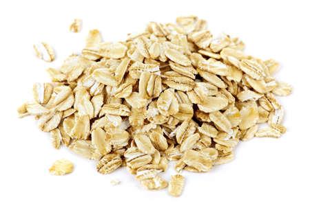cereales: Mont�n de copos de avena seco aislados sobre fondo blanco