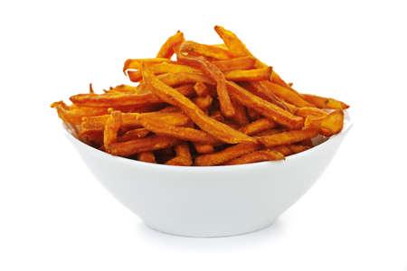 s��kartoffel: S��kartoffel oder Yam frites in eine Sch�ssel, die isoliert auf wei�em Hintergrund  Lizenzfreie Bilder