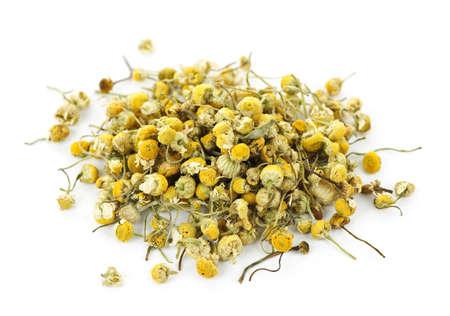 plantas medicinales: Pila de brotes de hierbas medicinales manzanilla amarillo sobre fondo blanco  Foto de archivo