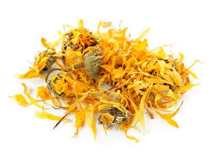 flores secas: Hierbas medicinales cal�ndula o la maravilla de la olla sobre fondo blanco  Foto de archivo