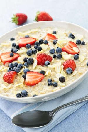 Kom van warme haver mout ontbijt granen met verse bessen