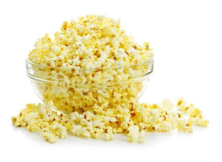 palomitas: Bol de palomitas de ma�z popped fresca aislados sobre fondo blanco