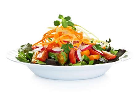 salad plate: Piastra di salutare insalata verde di giardino con verdure fresche su sfondo bianco