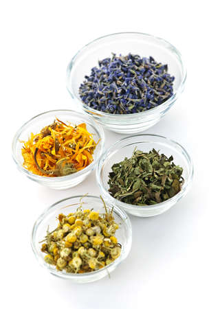 medicinal plants: Cuencos de hierbas medicinales secas sobre fondo blanco