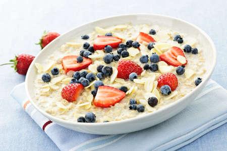 avena: Taz�n de cereal de desayuno caliente de avena con bayas frescas