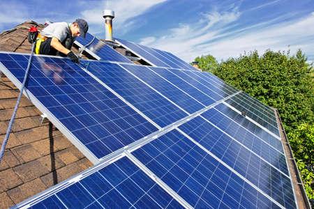 sonnenenergie: Mann, die Installation von alternativer Energie Photovoltaik-Solar-Panels auf Dach  Lizenzfreie Bilder