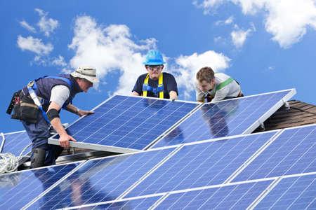 energia solar: Trabajadores de la instalaci�n de paneles solares fotovoltaicos de energ�a alternativa en el techo