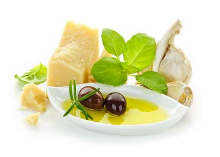 ajo: Ingredientes de la comida italiana para cocina tradicional sobre fondo blanco Foto de archivo