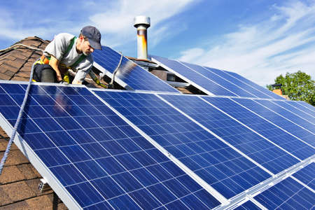 Mann, die Installation von alternativer Energie Photovoltaik-Solar-Panels auf Dach