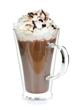 Warme chocolademelk met slag room in mok geïsoleerd op wit