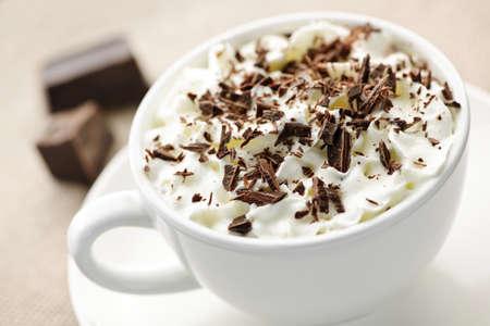 chocolate caliente: Taza de cacao caliente con afeitado de chocolate y crema batida  Foto de archivo