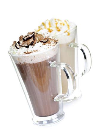 chocolat chaud: Boissons chaudes de chocolat et le caf� cr�me fouett�e isol� sur fond blanc