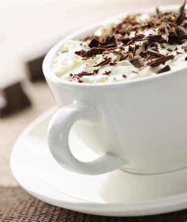 Warme chocolademelk met geschoren chocolade en slag room  Stockfoto