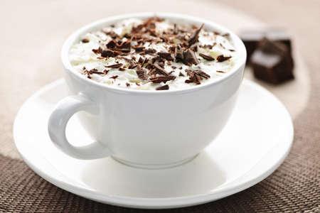 slagroom: Kopje warme chocolademelk met geschoren chocolade en slag room