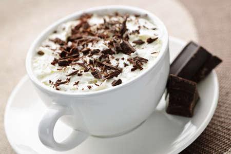 slagroom: Kopje warme chocolademelk met geschoren chocolade en slagroom Stockfoto