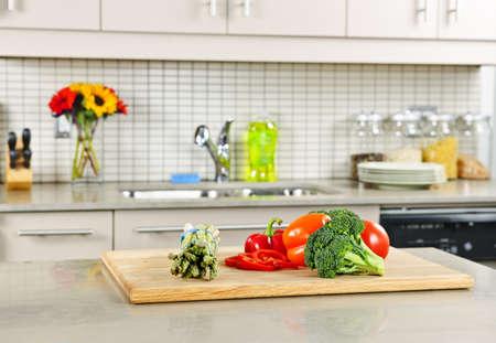 Moderne keuken interieur met verse groenten op natuur stenen aanrecht