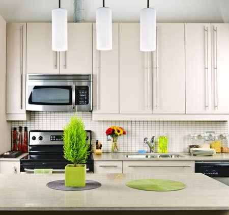 Moderne keuken interieur met natuur stenen aanrecht