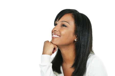 femme regarde en haut: Femme noire souriante regardant portrait isol� sur fond blanc