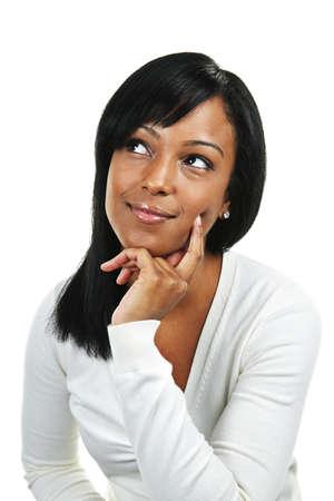 donna pensiero: Donna nera riflessivo, cercare isolato su sfondo bianco