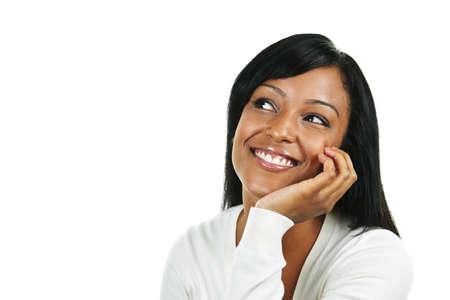 mujeres pensando: Sonriente mujer negra buscar aislado sobre fondo blanco