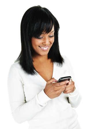 흰색 배경에 고립 된 휴대 전화 초상화에 웃는 흑인 여성 문자 메시지