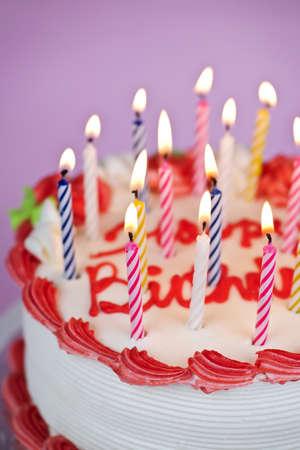 불타는 촛불과 입힌 생일 케이크