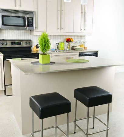 Interieur van de moderne keuken met eiland en natuur stenen aanrecht  Stockfoto