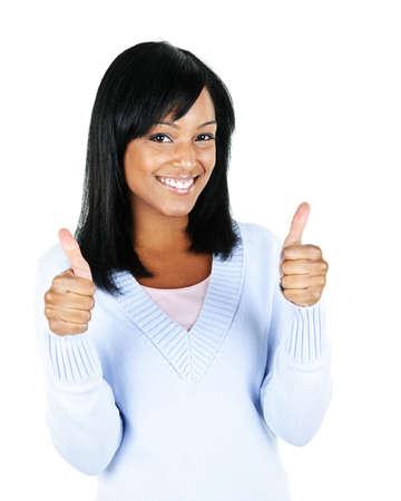 Lachende zwarte vrouw geven duimen omhoog gebaar geïsoleerd op witte achtergrond