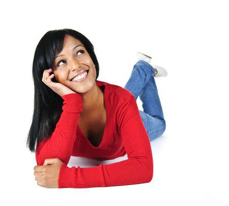 femme regarde en haut: Portrait de femme noire rechercher souriant et pose sur fond blanc