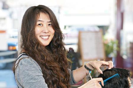 Glücklich Friseur schneiden Haare in Ihrem salon