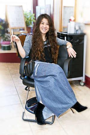 estilista: Estilista sentado en una silla en su peluquer�a  Foto de archivo