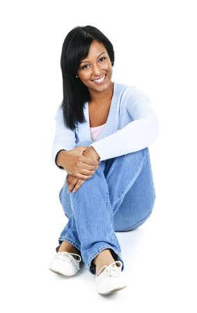 mujer cuerpo entero: Mujer negra sentada en suelo aislado sobre fondo blanco de relajaci�n