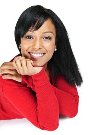 Portret van zwarte vrouw die lacht leggen geïsoleerd op witte achtergrond Stockfoto