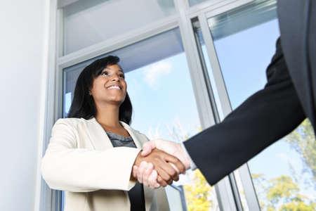 compromiso: Retrato de mujer de negocios negro agitando las manos